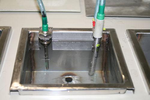 Ванны, кроме глухих, оборудованны сливными патрубками с вентилями