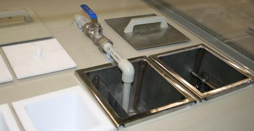 Ванны улавливания и ванны промывки оборудованы заливными патрубками